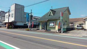 曽於市、小林市からお越しのお客様でも目に入りやすい黄緑の2階建ての建物