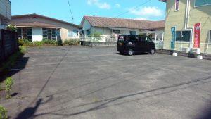 店舗となり駐車場は車8台分ぐらいのスペースがあります